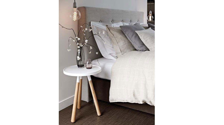 Mesa de noche conoce diferentes formas de decorarla for Mesita noche colgante