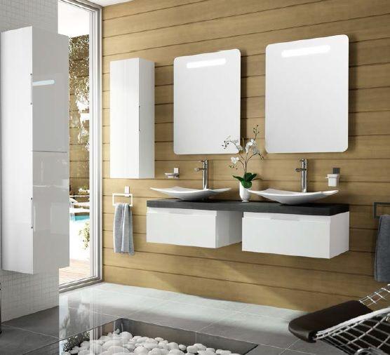 Baño moderno con dos lavabos